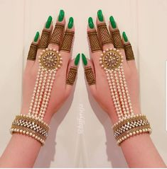 Not everyone is a fan of elaborate mehndi patterns. In this era of minimalism, it is very normal to have a liking to simple mehndi designs. Indian Jewelry Earrings, Indian Wedding Jewelry, Hand Jewelry, Bridal Jewelry, Tassel Jewelry, Indian Bridal, Et Tattoo, Tattoo Henna, Mehndi Designs For Fingers