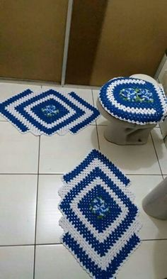 Granny Square Runner Pattern Diagram and Inspiration. Loving this easy to create granny square runner,… Filet Crochet, Crochet Mat, Crochet Carpet, Crochet Home, Crochet Crafts, Crochet Doilies, Crochet Projects, Crochet Table Runner Pattern, Granny Square Crochet Pattern