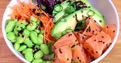 C'est le spicy friday ! Dégustez ce savoureux poke bowl au saumon, au riz et à la sauce TABASCO® Rouge et faites sensation à l'heure du dîner ! Poke Bowl, Brunch, Sauce, Fruit Salad, Occasion, Food, Thai Cuisine, Food Recipes, Salads