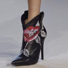 Aliexpress.com: Compre Primavera Outono Sapatos de Mulher 2017 Bombas Dos Saltos Altos Botas Europeia Pintura de Flores Mulheres Sapatos Dedo Apontado Bombas Senhoras Botas Pretas de confiança sapatos bombas fornecedores em Walking To The Fashion Zone