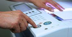 Cómo utilizar una máquina de fax. El envío de fax es una forma eficiente para enviar rápidamente documentos que no tienes tiempo para enviar por correo o tecnología para escanearlos. Sigue siendo el método preferido para el envío de documentos firmados. Las máquinas de fax pueden resultar confusas al principio, sin embargo, utilizar una máquina de fax personal no tiene que ser ...
