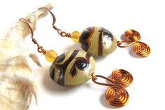koffie/caramel/room-kleurige glazen kralen met een klein honingkleurig glaskraaltje, zelfgedraaide wirehangers en koperen oorhaken    6 cm lang     - 10 euro