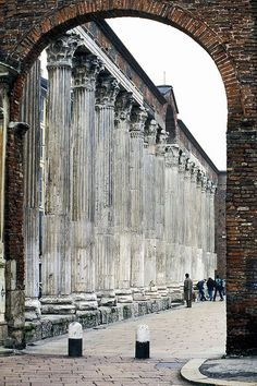 Colonne di San Lorenzo (Milan, Italy) The Colonne di San Lorenzo is the best-known Roman ruin in Milan. It is located in front of the Basilica of San Lorenzo. It is a square with a row of columns on either side, which were taken from a temple or public bath house dating from the 2nd century.