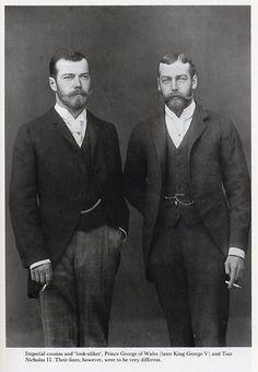 """Los """"gemelos"""": Nicolás II de Rusia (izquierda) y su primo hermano Jorge V de Inglaterra. Los dos hombres fueron los hijos de hermanas danesas, las princesas Alexandra y Dagmar. Dagmar, esposa de Alejandro III de Rusia y madre de Nicolás II, tuvo el matrimonio más feliz, pero perdió casi toda su familia en la Revolución Bolchevique."""