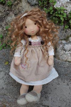 Emma ist eine Puppe ganz aus natürlichen Materialien hergestellt. Sein Körper besteht aus hochwertigen Jersey, mit gekrempelt wolle gepolstert. Sein Gesicht ist zur Nadel geschnitzt. Seine Augen sind über Baumwolle gestickt. Sein Haar ist Mohair. Sie trägt eine weiße Langarm-Kleid aus Softies, Realistic Baby Dolls, Needle Felted, Sewing Dolls, Child Doll, Waldorf Dolls, Soft Dolls, Fabric Dolls, Beautiful Dolls