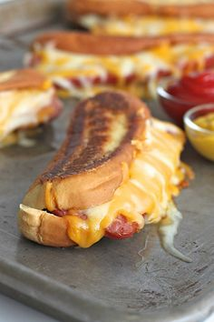 A brilliant combination of two classics: grilled cheese and hot dogs! A buttery crisp hot dog bun filled with lots of melted cheese and a juicy grilled hot dog. Why choose when you can have both? I us(Grilled Cheese Classic) Grilled Cheese Hot Dog, Grilled Cheeses, Grilled Cheese Recipes Easy, Grilled Cheese Rolls, Dog Recipes, Cooking Recipes, Recipes With Hotdogs, Dishes Recipes, Grill Recipes
