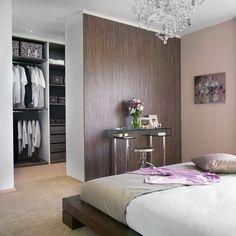Eigens designter begehbarer Kleiderschrank im Schlafzimmer