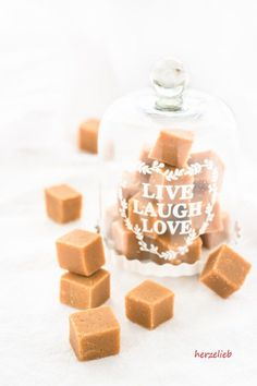 Soft caramel candies or toffees – like making muh candies yourself. Soft caramel candies or toffees – like making muh candies yourself. Caramel Bonbons, Salted Caramel Fudge, Toffee, Fondant Au Caramel, Diy Food, Great Recipes, Food And Drink, Homemade, Snacks
