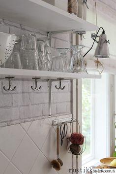 keittiö,astiat,seinähylly,koukut,laatta