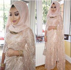These latest hijab inspirations are true blessing for those Muslim girls who want to wear saree look Wedding Hijab Styles, Hijab Wedding Dresses, Pakistani Wedding Outfits, Pakistani Dresses, Indian Dresses, Modern Hijab Fashion, Arab Fashion, Muslim Fashion, Islamic Fashion