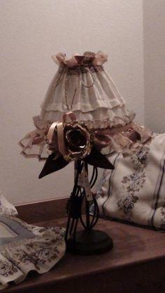 Lampada Romantic Country, decorazioni floreali artigianali.