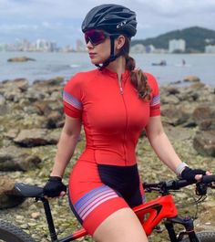 Curves and Lines: Women and Bikes Bicycle Women, Bicycle Girl, Athletic Models, Athletic Women, Triathlon Women, Cycling Girls, Cycle Chic, Bike Style, Womens Workout Outfits