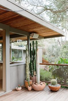 Garden tour of Rudolph Schindler Hollywood Hills home with outdoor living spaces, decks and patios, and built-in seating by designer Pamela Shamshiri. Garden On A Hill, Home And Garden, Hollywood Hills Häuser, Outdoor Spaces, Outdoor Living, Veranda Design, Front Porch Design, Front Porch Garden, House With Porch