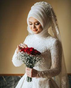 2020 Sezonu Tesettür Gelinlik Modelleri wedding dresses for girls Muslimah Wedding Dress, Muslim Brides, Wedding Hijab, Pakistani Wedding Dresses, Wedding Bride, Turkish Wedding Dress, Malay Wedding Dress, Short Bridesmaid Dresses, Bridal Dresses