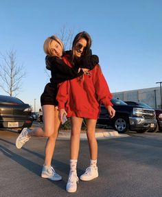 bff pic ideas You are in the right place about vsco outfits overalls Here we offer you the most beau Cute Poses For Pictures, Cute Friend Pictures, Cute Bestfriend Pictures, Maternity Pictures, Photos Bff, Friend Photos, Friend Poses Photography, Maternity Photography, Couple Photography