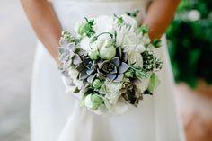 white and green bouquet with succulents | bouquet country bianco e verde con piante succulente