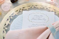 mesa posta em tons pastel e dourado.