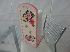 Porta papel toalha em MDF ,com decoupage em flores. Temos outros temas, cores.