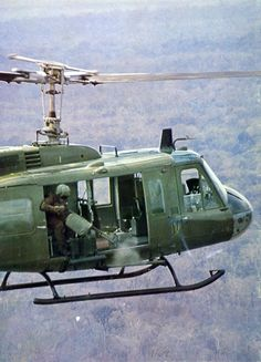 This is a picture of the type of tactics they used in the Vietnam war. The soldiers would shoot out of helicopters at the opposing side. The use of helicopters was very popular during the Vietnam War because it gave the sides an advantage. Vietnam History, Vietnam War Photos, North Vietnam, Vietnam Veterans, Air Vietnam, Military Helicopter, Military Aircraft, American War, American History