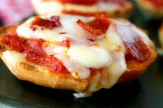 How to Make Pizza Bagels (Bagel Bites Recipe) - The Anthony Kitchen How to make perfect Pizza Bagels at home! Made easy with miniature bagels, tomato sauce, melty Mozzarella cheese, and pepperoni. Pizza Bagel Bites Recipe, Bagel Breakfast Sandwich, Perfect Pizza, How To Make Pizza, Bagels, Hawaiian Pizza, Sandwiches, Appetizers, Baking