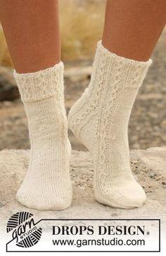 Stickade DROPS sockor med flätor i Fabel. Gratis mönster från DROPS Design.