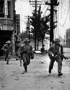 Marines under fire in Seoul, September 1950.