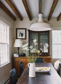 Browse exclusive Dining Room Ideas photos to make your house a home at Domino. Decorate your space with inspiring interior designed rooms, styles and colors. Small Dining, Dining Area, Dining Rooms, Dining Table, Style At Home, Home Living, Living Spaces, Home Design, Interior Design