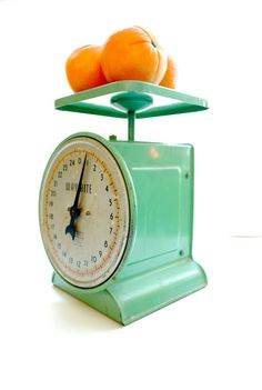 vintage kitchen scale [perfect in the kitchen or for a display] Vintage Dishes, Vintage Recipes, Vintage Kitchen, Vintage Food, Design My Kitchen, Kitchen Decor, Kitchen Stuff, Kitchen Gadgets, Kitchen Dining
