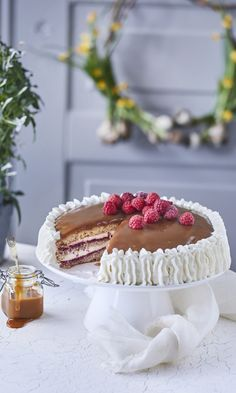 Kinuskikakku: Finland gateau of cake topped with a thick caramel layer, cream and berries. Baking Recipes, Cake Recipes, Dessert Recipes, Desserts, Finland Food, Finnish Recipes, Norwegian Food, Sweet Bakery, Sweet Pastries