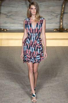 Matthew Williamson Primavera-Verano 2015: glamour con mucha personalidad. Vestido corto con estampado geométrico.