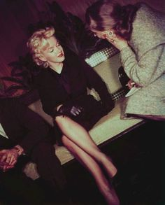"Marilyn Monroe with Milton Greene, Marilyn went to Hollywood in 1956 to begin the filming of ""Bus Stop"". A tumultuous welcome awaited him: hundreds of journalists were present, and there was such a crowd that she could not leave the airport after two hours she gave a press conference in the airport."