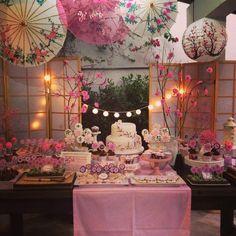 Esta é daquelas festas que eu queria pra mim , tema Cherry Blossom com buffet de comida japa Bolo, cupcakes e biscoitos da querida Cakes&cakes #pragentemiudacriacoes #festacerejeira #festacherryblossom #festasakura