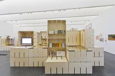 """Für die Ausstellung """"FLUXUS – Kunst für Alle!"""" des Museums Ostwall im Dortmunder U wurde modulorbeat beauftragt eine Ausstellungsarchitektur zu entwerfen. Die Architektur arbeitet mit einem speziell für die Fluxus-Schau entwickelten Ausstellungsmodul aus Furniersperrholz, das auf vielfältige Weise spielerisch eingesetzt wird. Horizontal oder vertikal, als Regal, Vitrine oder Podest fügen sich die Module zu einer prägenden Raumstruktur im großen Oberlichtsaal des Dortmunder U."""