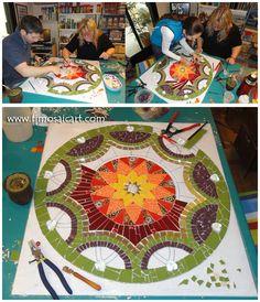trencadis paso a paso ile ilgili görsel sonucu Mosaic Crafts, Mosaic Projects, Mosaic Designs, Mosaic Patterns, Stone Mosaic, Mosaic Glass, Mosaic Wall, Mosaic Tiles, Mosaic Furniture