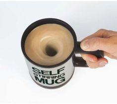 Taza para vagos ¿Todavía gastas las pocas energías con las que te levantas cada mañana en remover el café? ¡¡PRINGAO!! Para eso ya está inventado la taza que agita sola la bebida. Funciona a pilas y el mecanismo es tan simple como apretar un botón. ¡Adiós grumos del Cola Cao!   Descripción del producto  La taza de auto-agitación es la taza más ingeniosa. Simplemente haga su bebida caliente a continuación, pulse