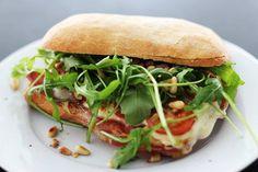 Lekker aan de lunch met een Italiaanse ciabatta mozzarella met parmaham.