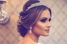 Efeito rainha - Sugestões de penteado com tiara. Bride Hairstyles, Cool Hairstyles, Hairstyle Ideas, Wedding Hair And Makeup, Hair Makeup, Lovely Eyes, Good Hair Day, How To Make Hair, Cool Girl