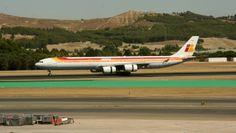 El grandioso A340-600 de @Iberia Líneas Aéreas con las reversas activadas, en plena carrera de desaceleración, por la pista 32L de Madrid.