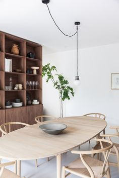 If you want to add a special touch to your Scandinavian dining room lighting design, you have to read this article that is filled with unique tips. Dining Room Design, Dining Area, Kitchen Dining, Cosy Interior, Home Interior Design, Dining Room Inspiration, Home Decor Inspiration, Minimalist Dining Room, Oval Table