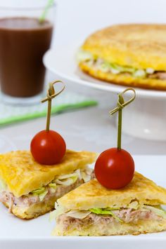 Tortilla de patatas rellena de atún Cuban Recipes, Portuguese Recipes, Diet Recipes, Snack Recipes, Mini Tortillas, Spanish Tapas, Frittata, Creative Food, Gastronomia