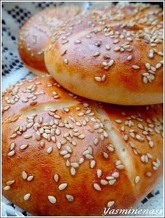 Salam alyakoum/bonjour, Aujourd'hui, c'est de la boulange avec des petits pains à base de yaourt, une recette simple et facile qui permet d'obtenir des pains moelleux idéals pour accompagner vos soupes, vos salades, vos plats,... bref parfaits même en...