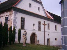Boží muka a kříž u kostela v Kájově.