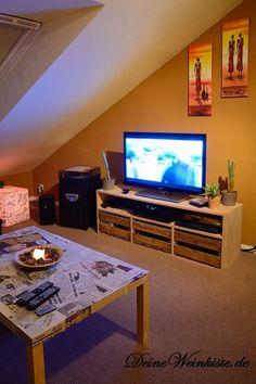 Selbstgebautes TV-Board mit drei Weinkisten als Schubladen