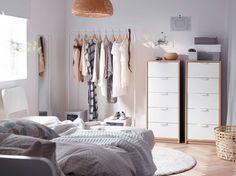 Ein Schlafzimmer mit zwei ASKVOLL Kommoden mit 5 Schubladen Eicheneffekt weiß lasiert/weiß und MULIG Garderobenständer in Weiß