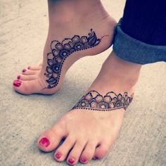 floral feet // by @dreaminginhenna . . #henna #mehndi #whitehenna #wakeupandmakeup #zentangle #boho #monakattan #flowers #hennadesign #tattoo #girlyhenna #art #inspo #hennainspo #hennaart #photooftheday #mendhi #hennaartist #hennatattoo #naturalhenna #bridalhenna #7enna #doodle #art #mandala #beauty #love #feather