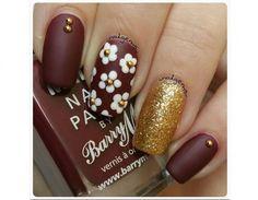 Lasciati ispirare dalle manicure più belle di stagione, con nail art floreali dai colori autunnali.