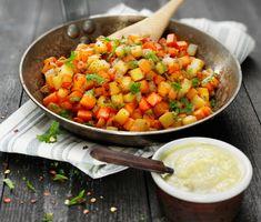 En enkel vegetarisk rätt – och en riktigt god vardagsmiddag! Köp färdigt vegetariskt pytt eller gör ditt eget. Smaksätt med chiliflakes och servera tillsammans med kikärtscrème.