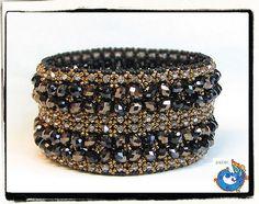 Precioso!! este hermoso brazalete  fue diseñado por Lucila      Todavia no lo bautiza! pero de seguro  tendra un hermoso nombre que le haga  merito a esta belleza.    Gracias por compartirlo  con tus amigas.