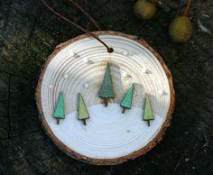 Cinq petits arbres en bois peints en vert paillettes aquarelles danse dans la neige blanche nacrée  Accrocher sur votre arbre ou sur un mur    Pour plus dart me rendre visite à http://www.deborahmcgeeart.etsy.com  aquarelles http://www.terrablueart.etsy.com  cartes de voeux http://www.blackplumart.etsy.com    UA56169615-1