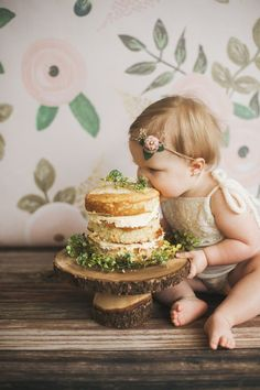 Floral backdrop cake smash // birthday milestones